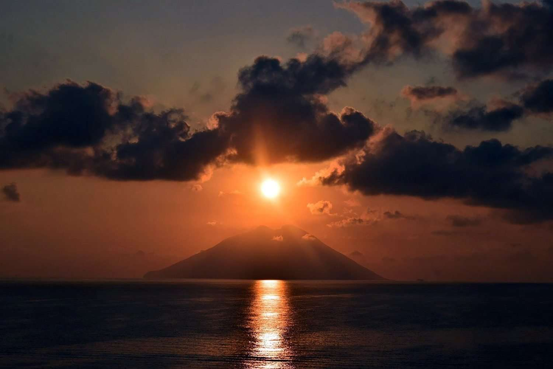 eolie tour stromboli at sunset